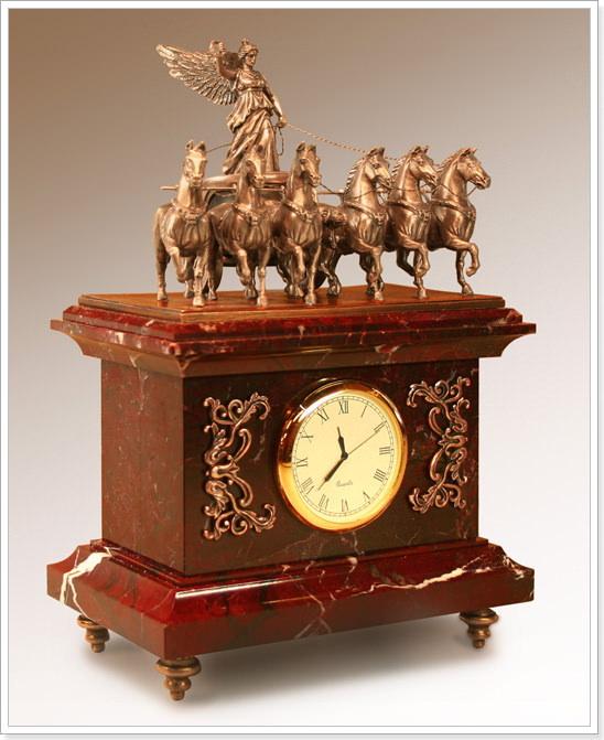 Часы в деревянном корпусе настольные