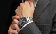 Кварцевые часы на мужской руке