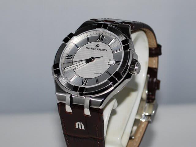 Часы с серебристым корпусом и коричневым ремешком из кожи