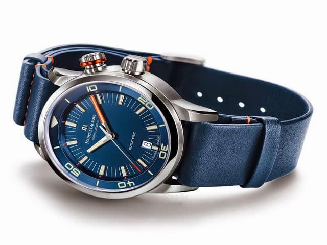 Часы синего цвета с красными декоративными элементами