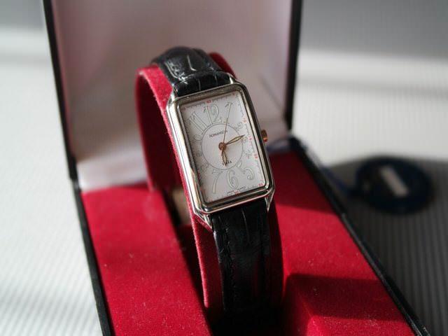 Наручные часы с кожаным ремешком черного цвета