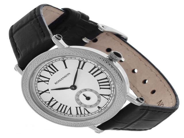 Часы с круглым корпусом и римскими цифрами на циферблате