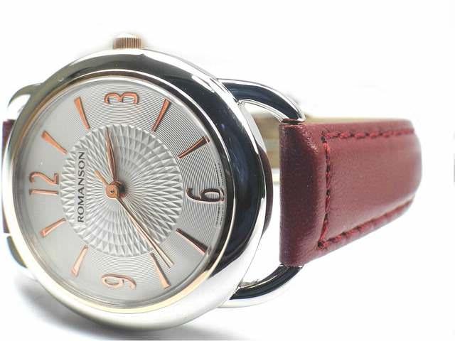Часы с позолоченными цифрами в серебристом корпусе